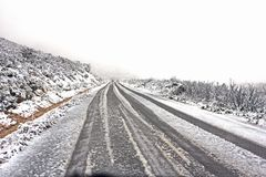 Sneeuw behandelde weg in Zuid-Afrika stock afbeeldingen