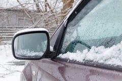 Sneeuw behandelde zij de spiegelclose-up van SUV Auto's in de winter Stock Foto
