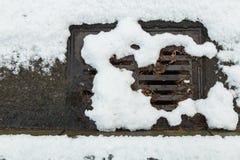 Sneeuw belemmerd straatafvoerkanaal royalty-vrije stock afbeeldingen