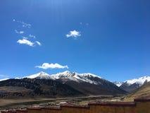Sneeuw berg en het Lachen wolken Stock Afbeeldingen