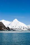 Sneeuw bergen door oceaan royalty-vrije stock foto's