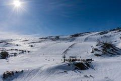 Sneeuw bergen met blauwe hemel stock foto's
