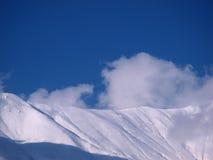 Sneeuw bergen op een zonnige dag Stock Afbeelding