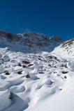 Sneeuw berghelling in de winter stock afbeeldingen