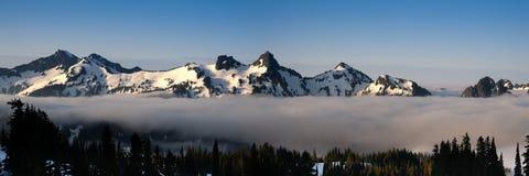 Sneeuw bergketen stock afbeelding