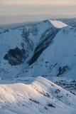 Sneeuw de winterbergen in zondag Georgië, van skitoevlucht Gudauri Royalty-vrije Stock Foto