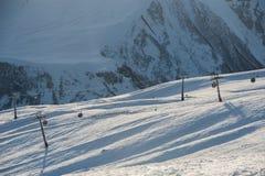 Sneeuw de winterbergen in zondag Georgië, van skitoevlucht Gudauri Royalty-vrije Stock Afbeeldingen