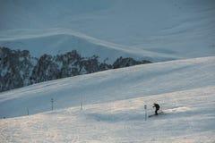 Sneeuw de winterbergen in zondag Georgië, van skitoevlucht Gudauri Stock Afbeelding