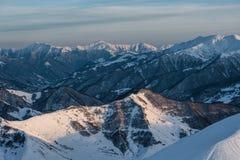 Sneeuw de winterbergen in zondag Georgië, van skitoevlucht Gudauri Stock Foto's