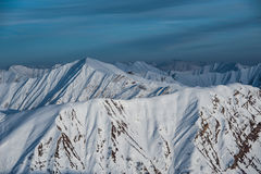 Sneeuw de winterbergen in zondag Georgië, van skitoevlucht Gudauri Stock Fotografie