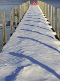 Sneeuw de winterdok met pijlerschaduwen stock afbeelding