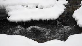 Sneeuw de Winterlandschap met Rivier in Forest Flowing Water en Brekend Ijs stock video