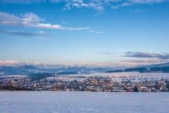 Sneeuw de winterlandschap met Rosina-dorp dichtbij Zilina-stad Stock Foto's