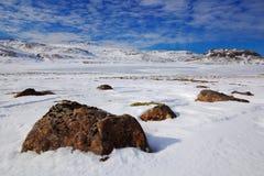 Sneeuw de winterscène van IJsland Wit landschap met donkere steen en blauw met witte wolken Duidelijke dag met het meer van het s Stock Afbeeldingen