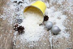Sneeuw in decoratieve emmer Royalty-vrije Stock Fotografie
