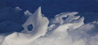 Sneeuw die door wind en weer wordt gevormd royalty-vrije stock fotografie