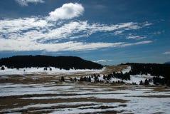 Sneeuw die in langlaufskisporen smelten royalty-vrije stock fotografie