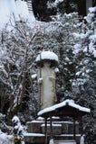 Sneeuw die op Boedha bij de tuin van de tempel, Kyoto Japan vallen Stock Foto