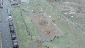 Sneeuw die op de speelplaats vallen stock video