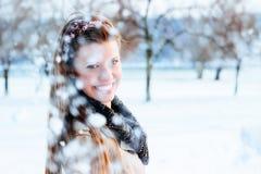 Sneeuw die op glimlachende vrouw vallen stock foto's