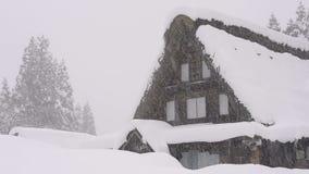 Sneeuw die op het huis, in Toyama, Japan vallen stock videobeelden