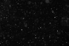 Sneeuw die op zwarte achtergrond vallen stock foto's