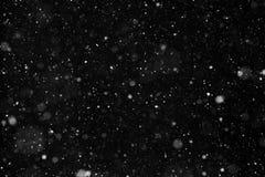 Sneeuw die op zwarte achtergrond vallen stock afbeelding