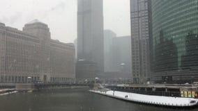 Sneeuw die over de Rivier van Chicago als moedige forenzen vallen het weer stock footage