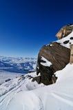 Sneeuw die rotsen behandelt Stock Afbeeldingen
