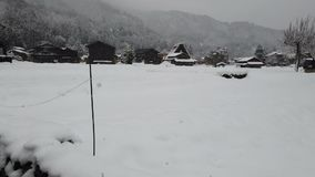 Sneeuw die in Shirakawago-de erfenis van de dorpswereld, Japan vallen stock videobeelden