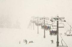Sneeuw die tijdens sneeuwdaling skiô Royalty-vrije Stock Afbeeldingen
