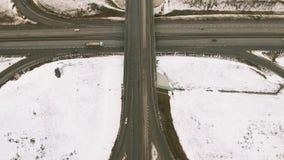 Sneeuw en bevroren de winterweg met een bewegende auto op het stock footage