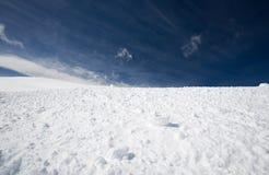 Sneeuw en blauwe hemel Stock Afbeeldingen
