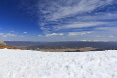 Sneeuw en blauwe hemel bij Blauwe de Sneeuwberg Shan van Shika van de Maanvallei Royalty-vrije Stock Afbeeldingen
