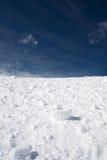Sneeuw en blauwe hemel met wolken Royalty-vrije Stock Foto's