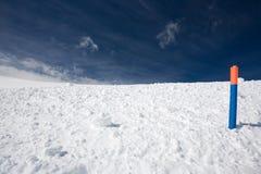 Sneeuw en blauwe hemel met wolken en stok Royalty-vrije Stock Afbeeldingen