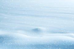 Sneeuw en blauwe hemel met wolken en stok Royalty-vrije Stock Foto's
