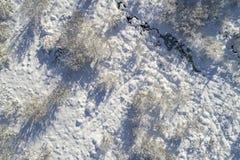 Sneeuw en blauwe hemel met wolken en stok Stock Afbeelding