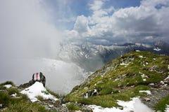 Sneeuw en gras op piek van Fagaras-Bergen royalty-vrije stock fotografie