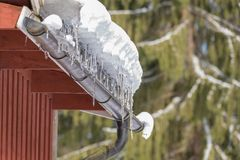 Sneeuw en ijskegel in een goot royalty-vrije stock afbeeldingen