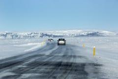 Sneeuw en ijzige weg met vulkanische bergen in wintertijd Royalty-vrije Stock Foto's