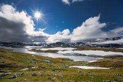 Sneeuw en meer in het nationale park van Jotunheimen stock afbeeldingen