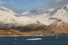 Sneeuw en overzees in svalbard eilanden royalty-vrije stock afbeelding