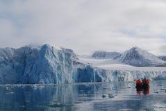 Sneeuw en overzees in svalbard eilanden stock afbeeldingen