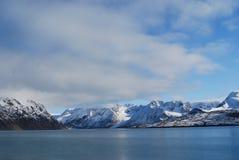 Sneeuw en overzees in svalbard eilanden stock fotografie