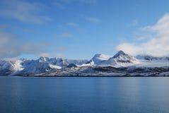 Sneeuw en overzees in svalbard eilanden stock foto's