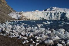 Sneeuw en overzees in svalbard eilanden stock afbeelding
