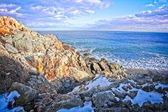 Sneeuw en rotsachtig overzie van de oceaan en de kust tijdens de winter royalty-vrije stock foto