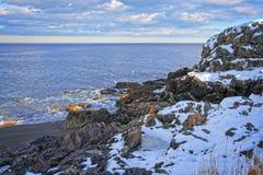 Sneeuw en rotsachtig overzie van de oceaan en de kust tijdens de winter royalty-vrije stock foto's