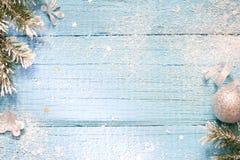 Sneeuw en spar abstracte Kerstmis blauwe houten achtergrond Stock Afbeelding